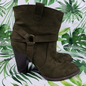Just Fab Raney olive green harness booties 8.5